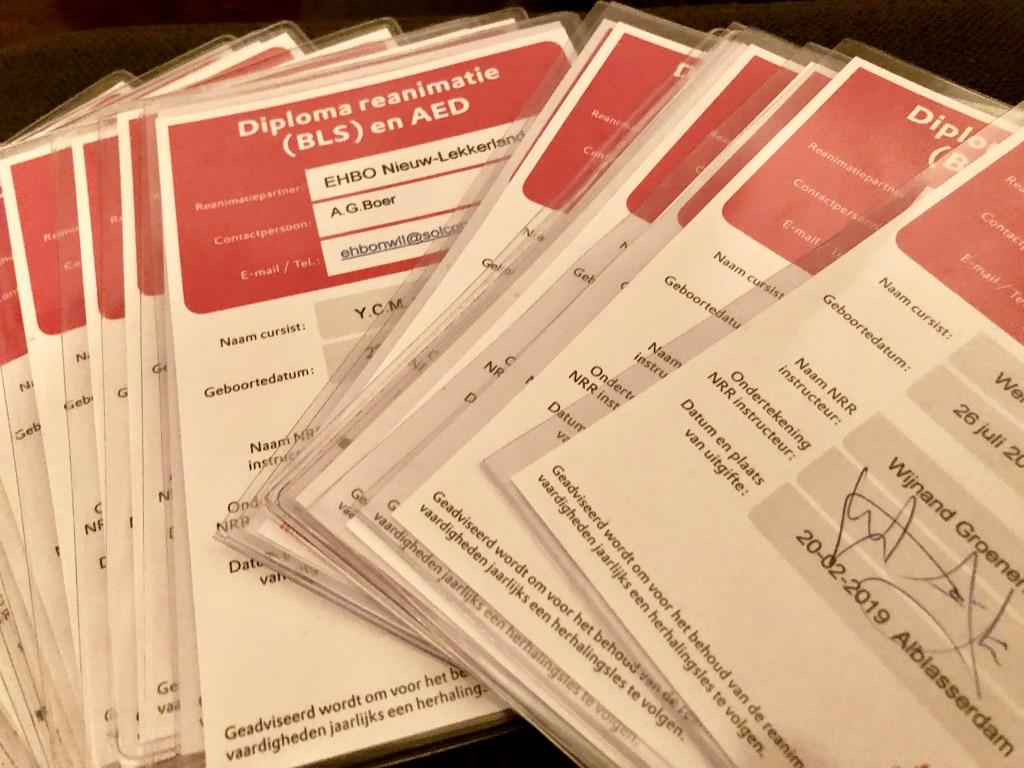 Certificaten - Winkeliers slagen voor AED-cursus - winkelcentrum Makado